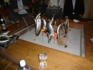 囲炉裏での魚焼き