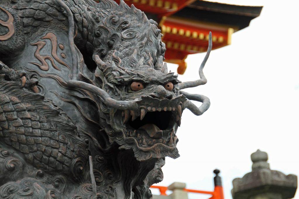 龍と日本家屋